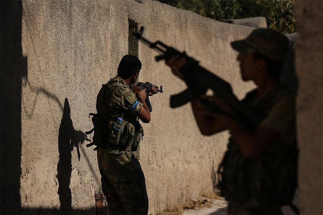 反敘利亞政府組織自由敘利亞軍隊(FSA)士兵在阿勒頗一條村莊巡邏。