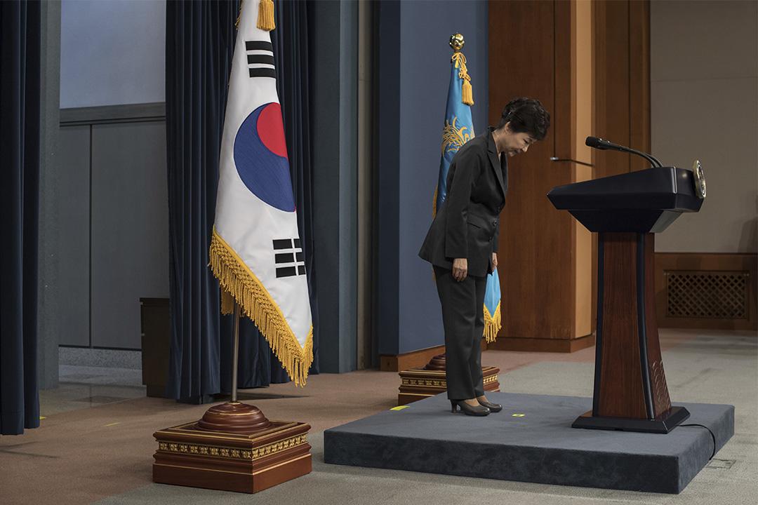 2016年11月4日,南韓首爾,總統朴槿惠鞠躬道歉。