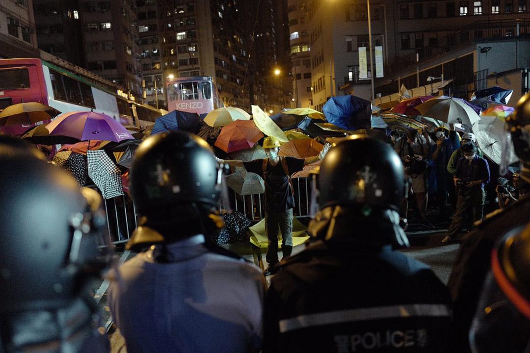 示威者在德辅道西与警方对峙。