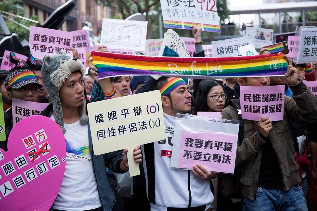 2016年11月28日,台灣婚姻平權公聽會第二場,場外數千挺同人士聲援。