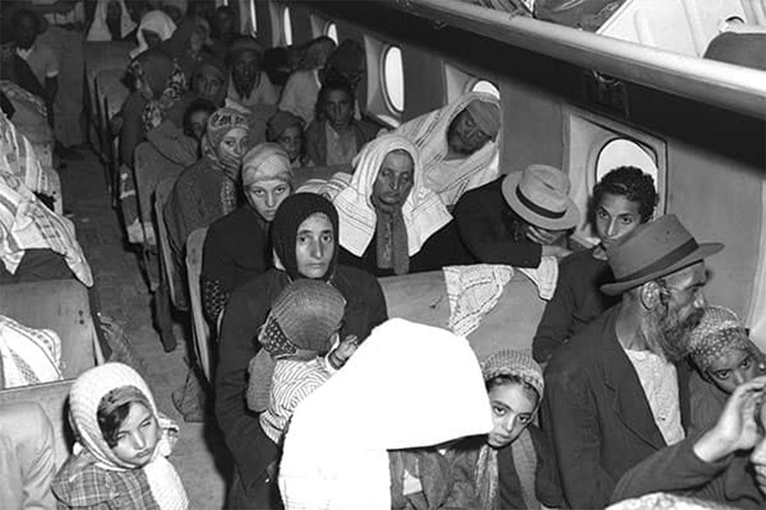 一群也門人坐在飛機上。