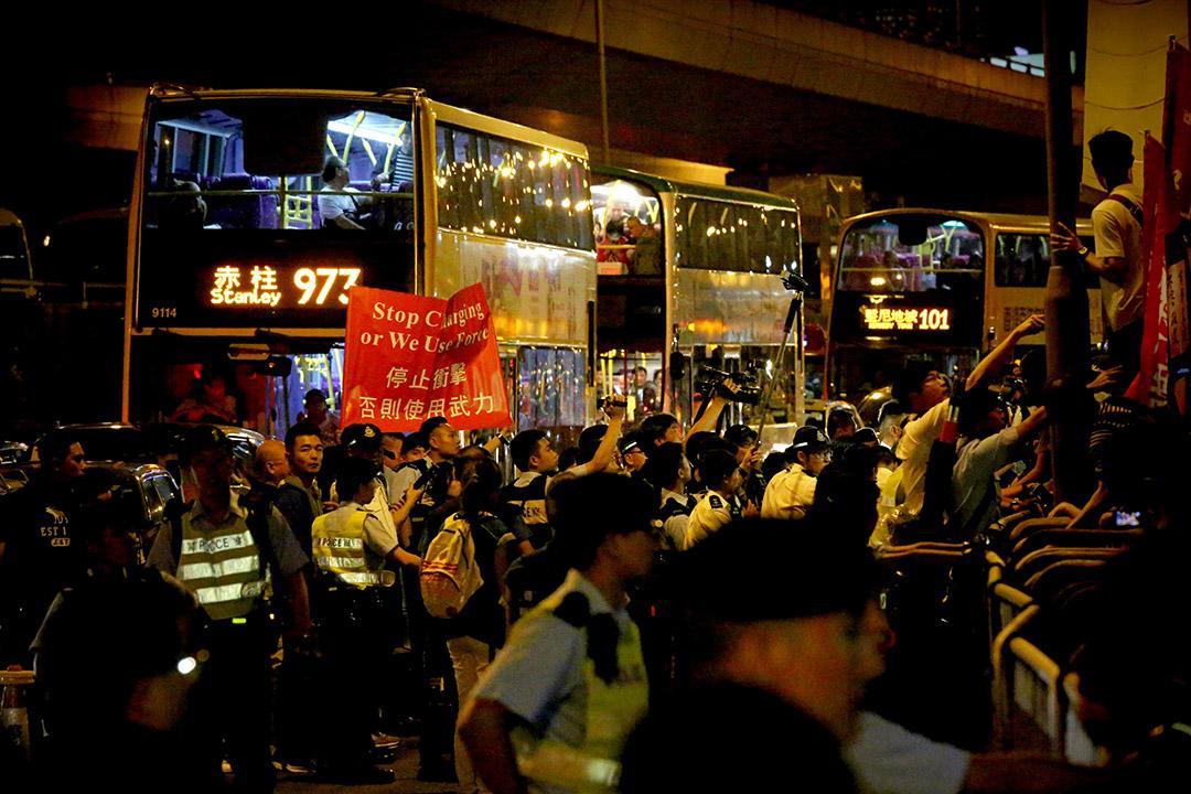 反释法游行队伍在西边街与警方出现推撞,警方出示红旗警告将会使用武力。