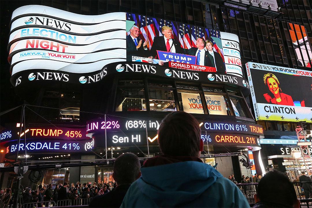 2016年11月9日,美國紐約,一個人看著戶外電視屏幕上有關特朗普當選美國總統的發言。