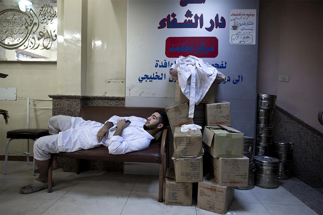 2012年10月12日,敘利亞阿勒頗,醫院職員在休息。