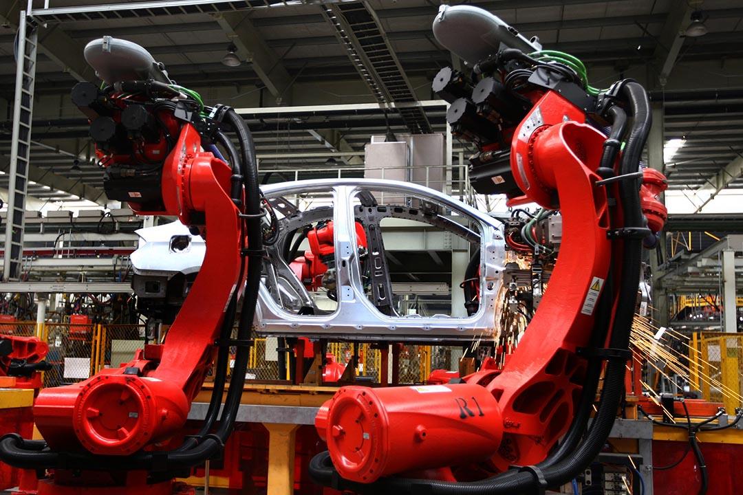 機器人在中國一家製造工廠焊接汽車部件。