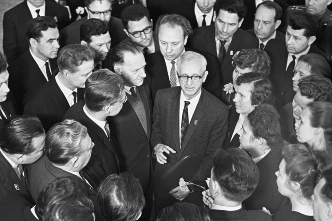 澳洲共產黨主席Richard Dixon出席蘇聯共產黨於克里姆林宮舉行的第23次代表大會。