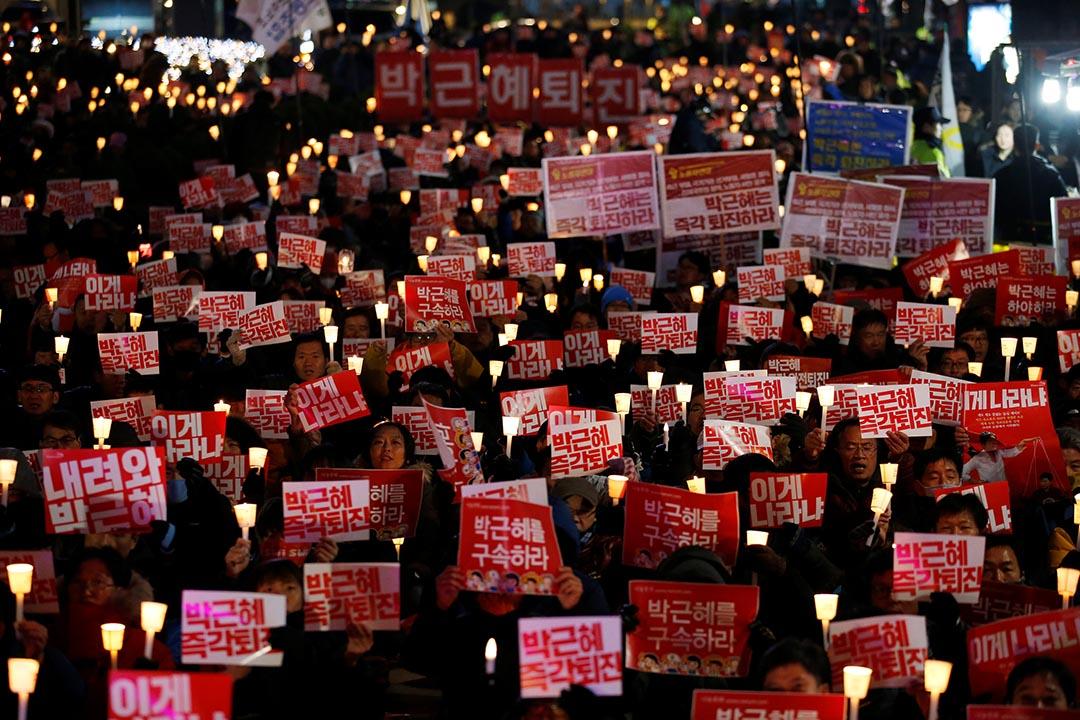 市民在首爾廣場舉行大規模示威,要求韓國總統朴槿惠下台。