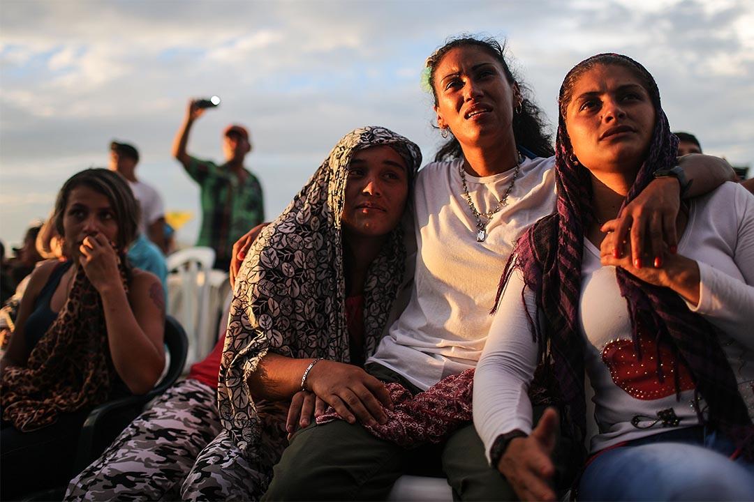 哥倫比亞政府與叛軍FARC簽訂新的和平協議。圖為2016年9月26日,雙方簽署早前的和平協議時,FARC成員在收看電視直播。