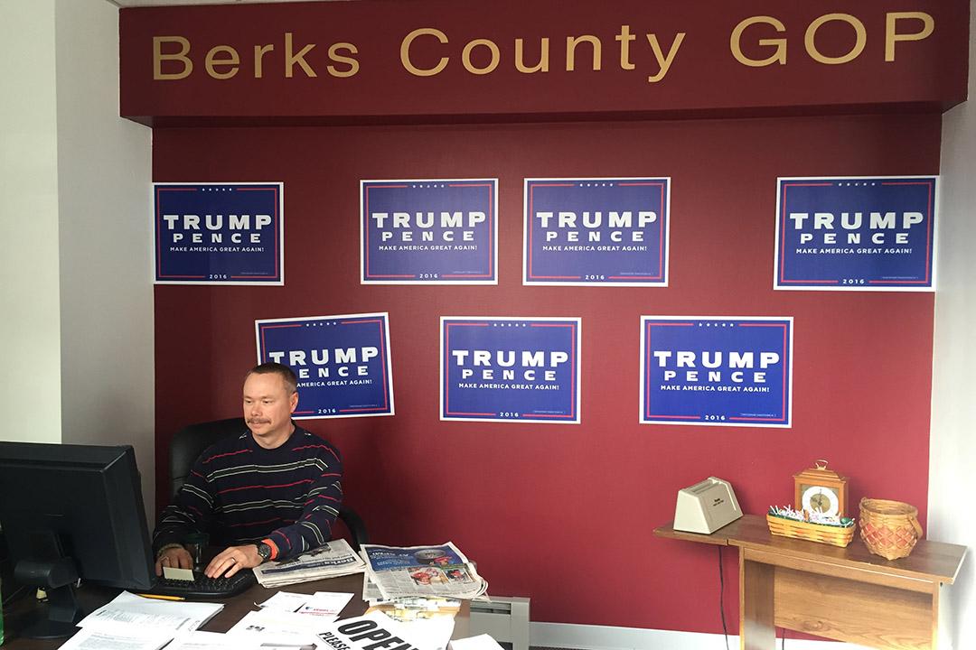 Jason Valick在共和党地区办公室中当义工,做最后的拉票努力。