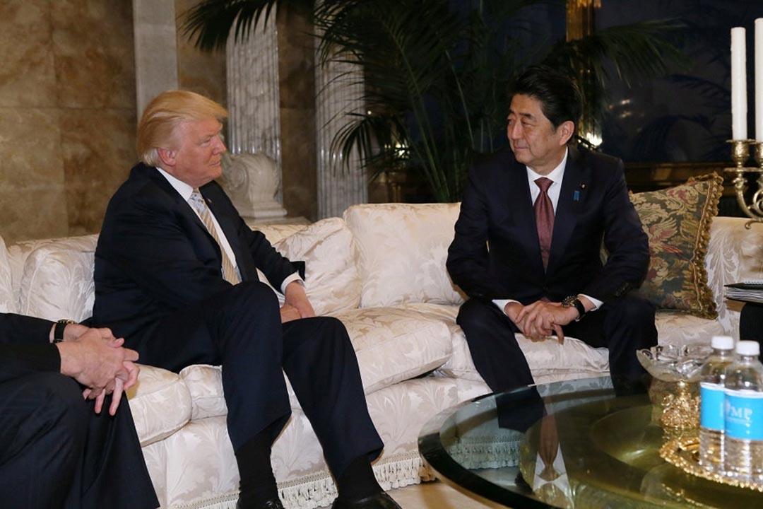 日本首相安倍晉三在紐約與特朗普會面。