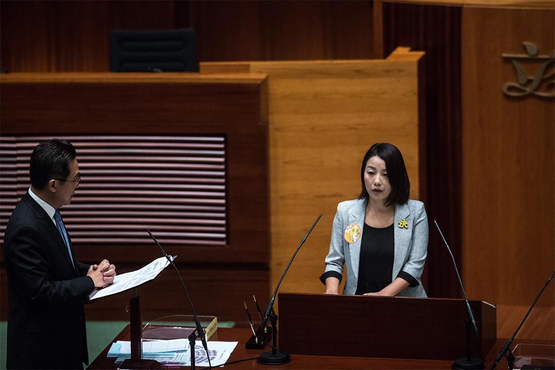 2016年10月12日,立法會議員劉小麗在宣誓就職時,以極慢速度讀出誓詞。