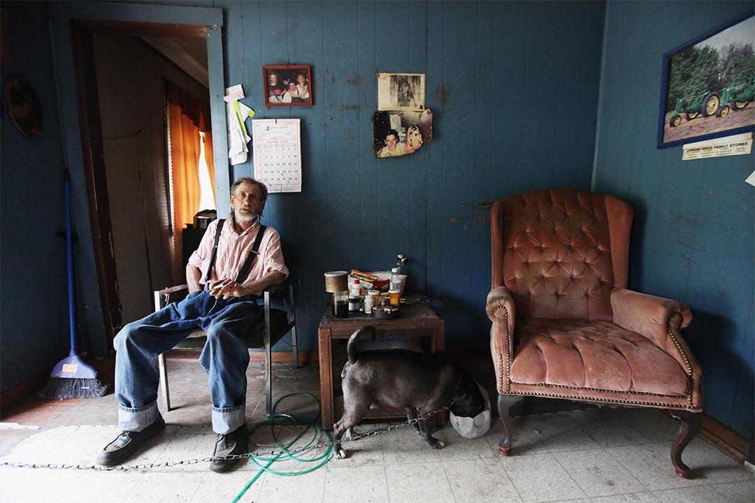2012年4月20日,美國布恩維爾奧斯利縣,一個男人坐在家中。