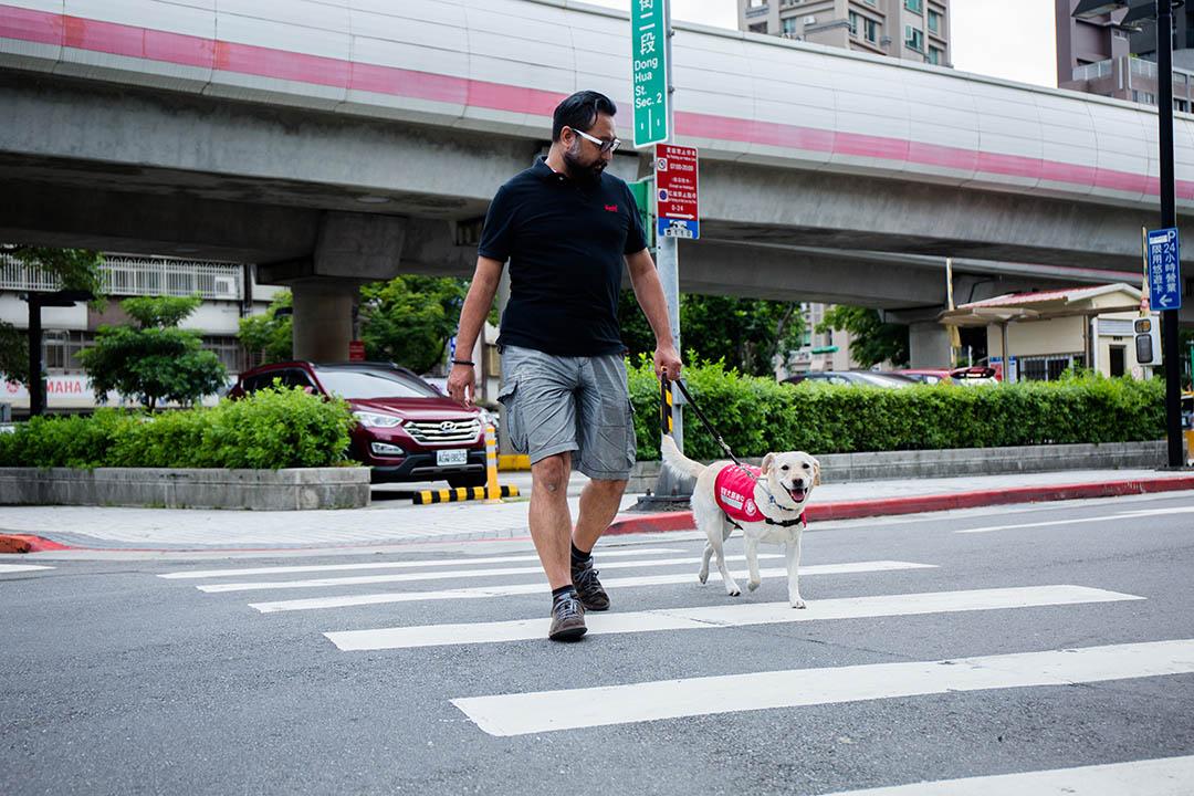 台灣導盲犬協會祕書長陳長青。