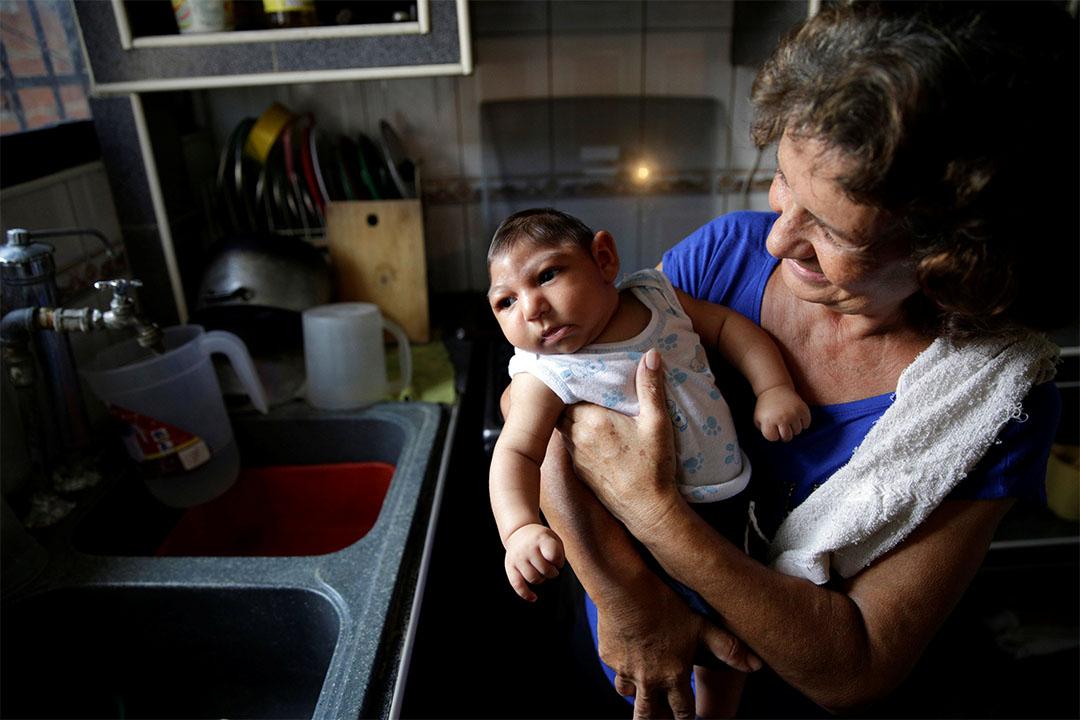最新《Nature》論文或發現治療罹患寨卡的孕婦和胎兒的方法。圖為2016年10月5日,委內瑞拉,一個女士抱著孫子。