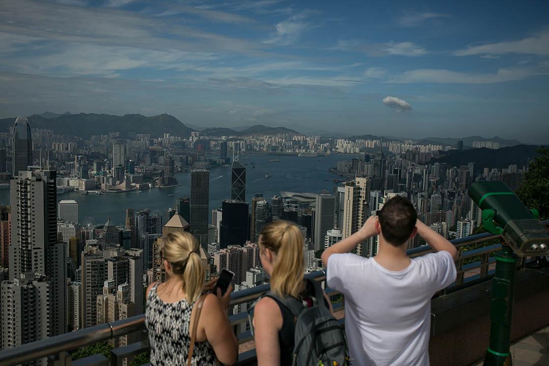 圖為幾個外國人在山頂拍照。