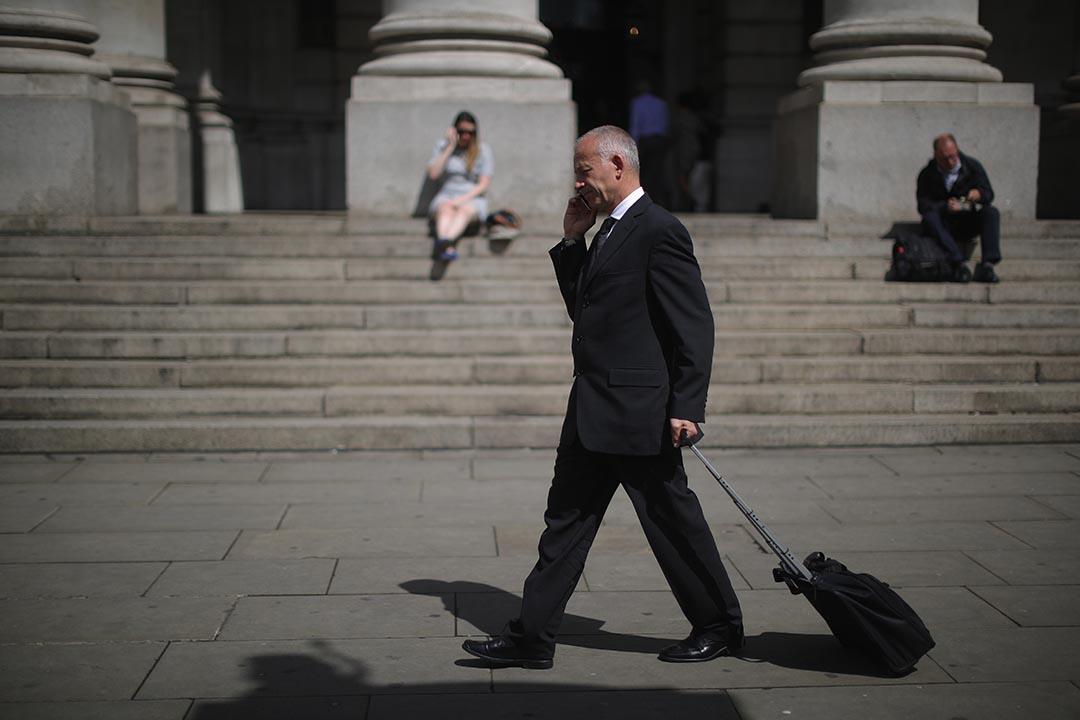 市民在倫敦街上通電話。