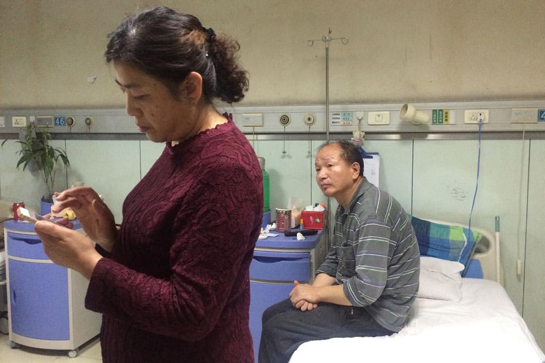 李建利夫婦在病房裡。