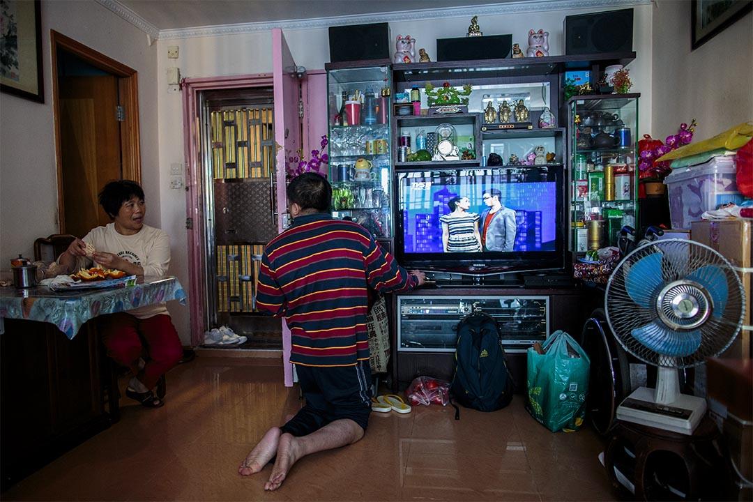 展鵬行動不便,無法站立,偶然在家中跪行。