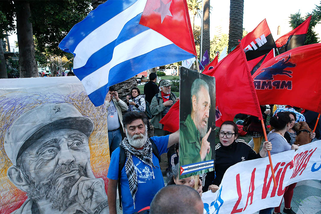 不少拉美国家有悼念卡斯特罗的活动。2016年11月26日,智利有民众拿著古巴国旗及卡斯特罗肖像上街悼念。