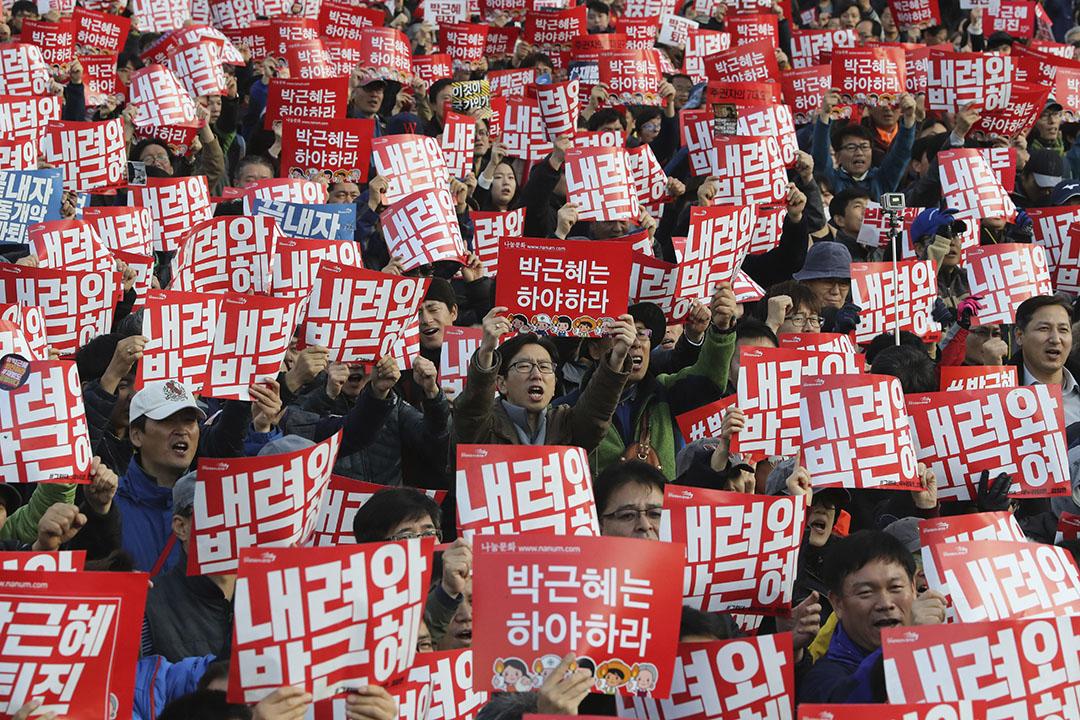 民眾高舉要求朴槿惠下台的標語。