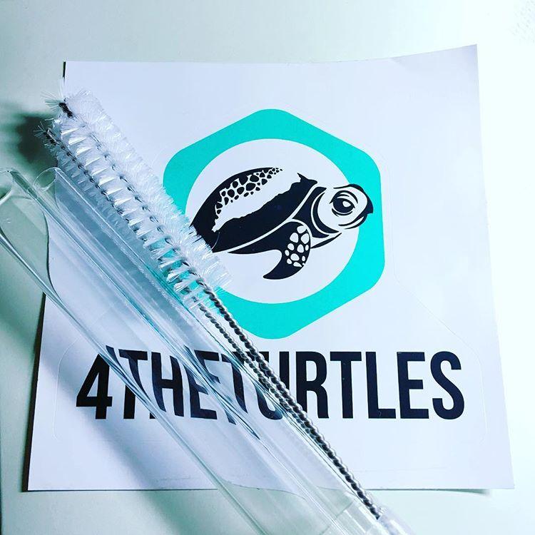 2015年成立的「為了海龜」(4theturtles)採用實驗室等級的硼矽酸玻璃生產吸管。