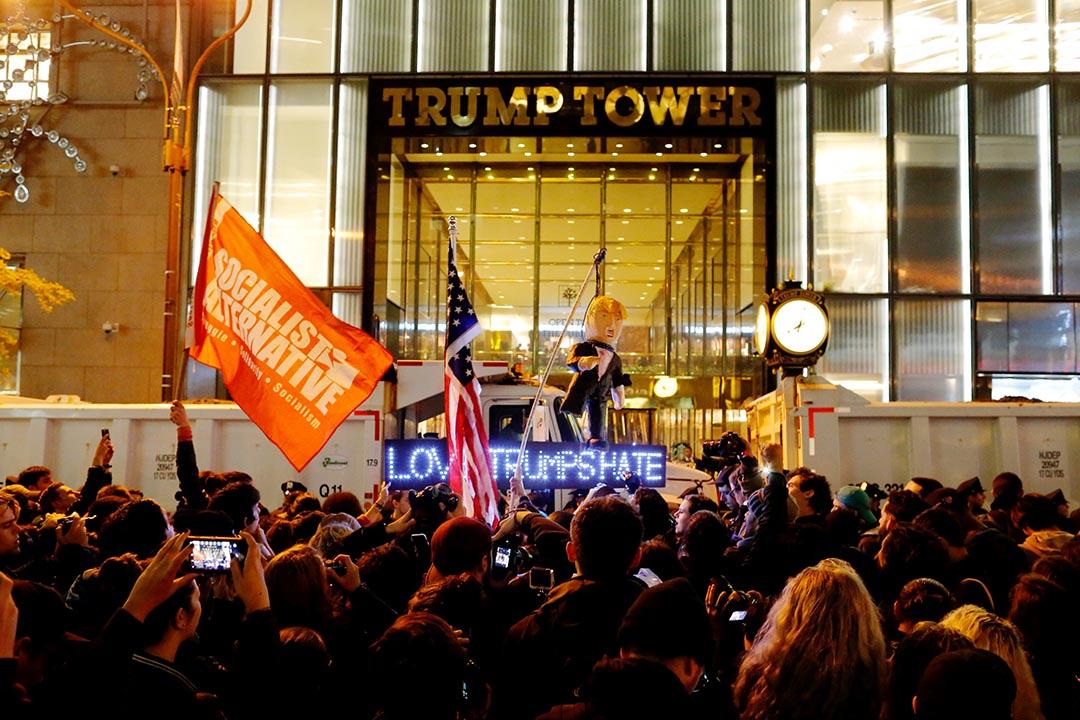 示威者聚集在特朗普大廈和酒店外,高叫口號抗議表達對大選結果的不滿。