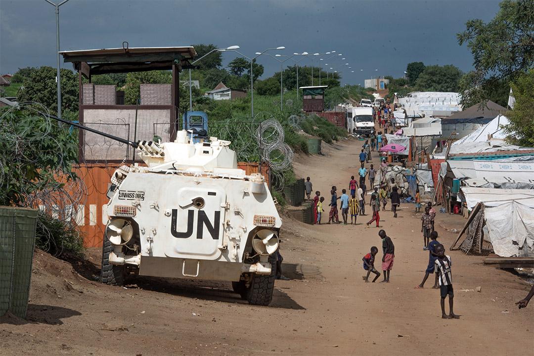 2016年7月25日,南蘇丹朱巴,聯合國一輛裝甲運兵車守衛著一所難民營。