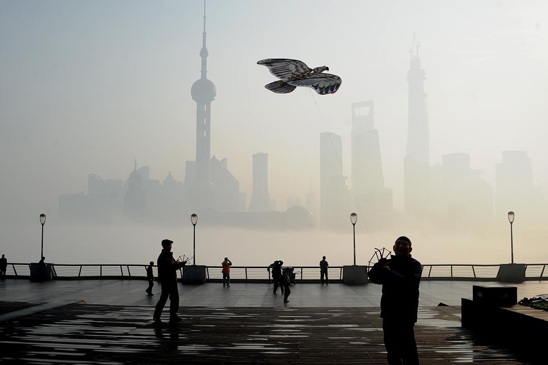 有市民在上海外灘放風爭。