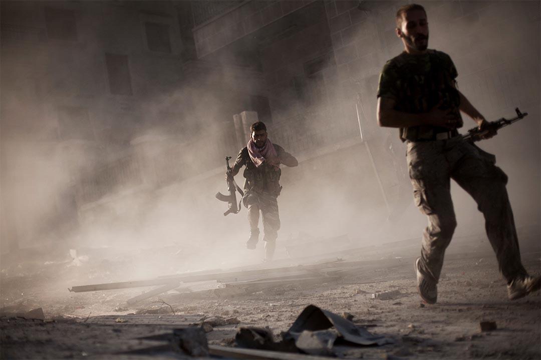 2012年9月7日,敘利亞阿勒頗,敘利亞自由軍攻擊政府軍坦克後走避。