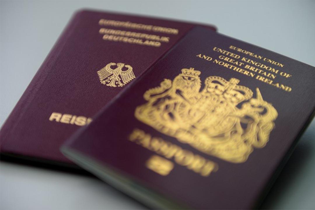 圖為英德兩國的護照。
