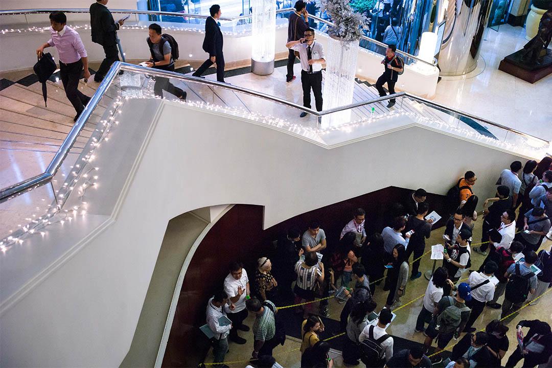 圖為馬鞍山一個樓盤上個月開賣,不少買家於酒店大堂等侯上銷售廳揀樓。