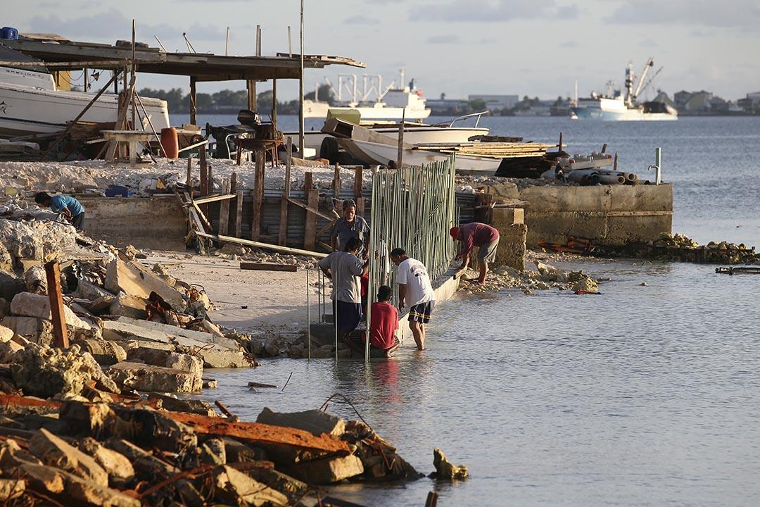 馬紹爾群島由於氣候變化影響,緩緩地被海水淹沒沉入海底。