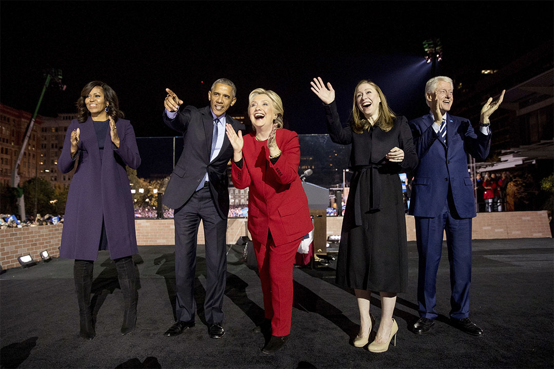 2016年11月7日,美國總統奧巴馬夫婦出席民主黨總統候選人希拉里(Hillary Clinton)在賓夕凡尼亞州費城的競選集會。