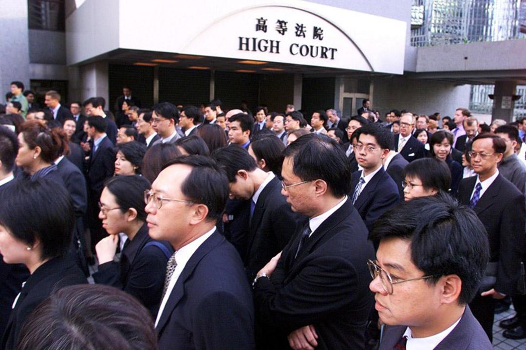 1999年6月30日,香港法律界首次黑衣游行,反对港府及人大常委就居权案释法。