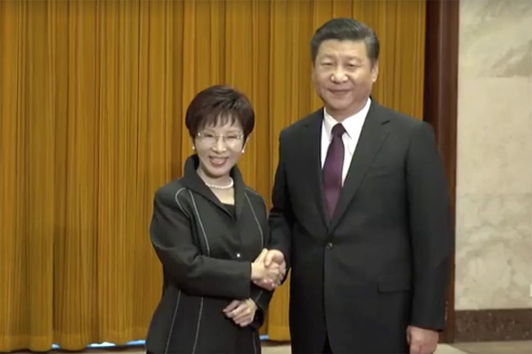 中共總書記習近平在北京人民大會堂接見洪秀柱率領的中國國民黨訪問團。