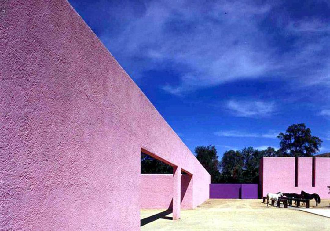墨西哥建築師Luis Barragan設計中出現的粉紅色牆。