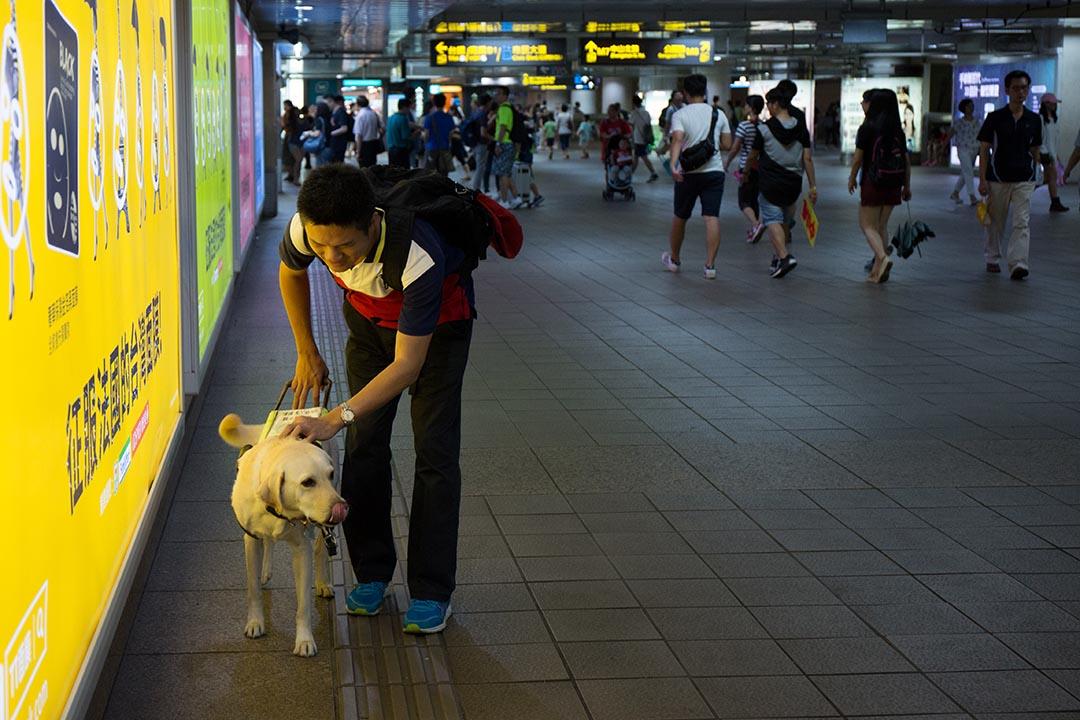 胡清祥與導盲犬Nico。