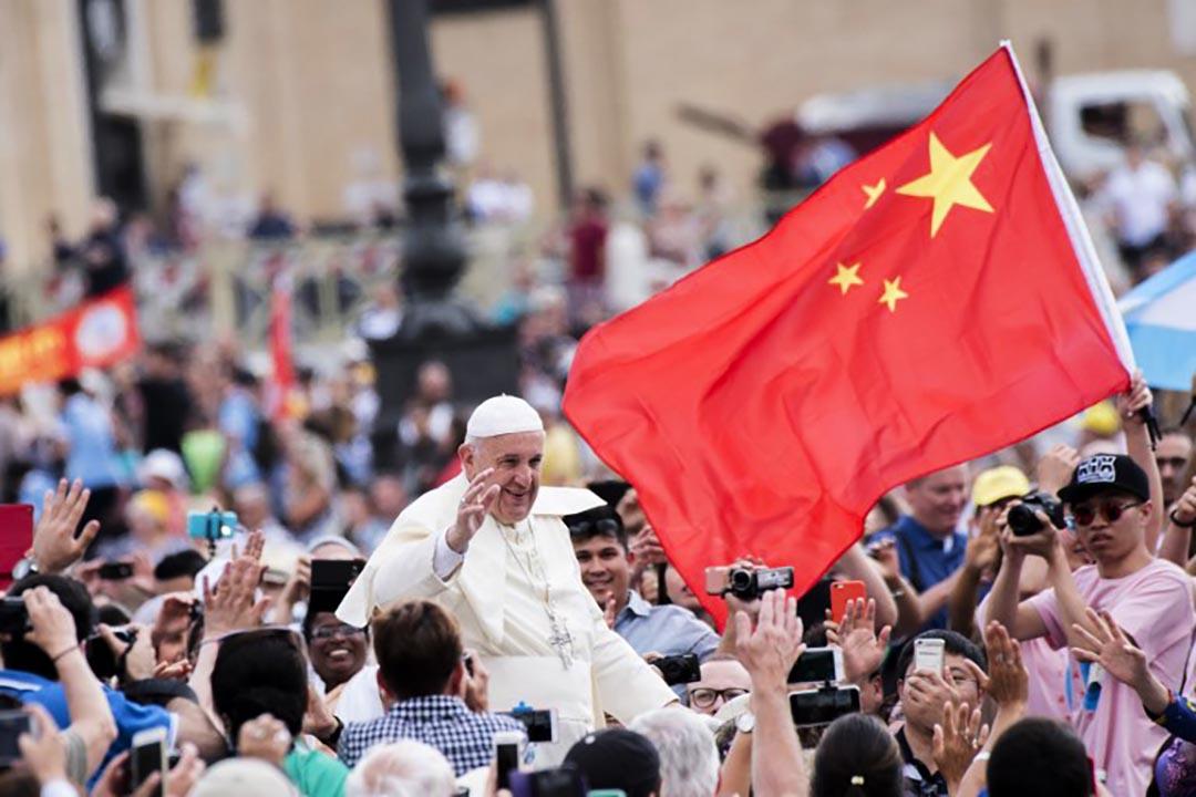聖彼得廣場,教宗方濟各在一面中國國旗前經過。