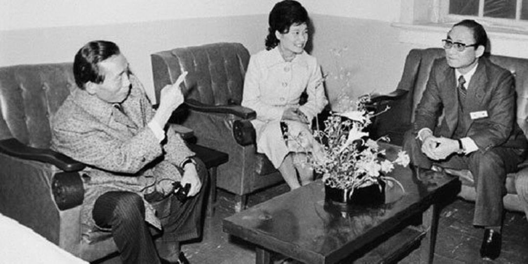 朴槿惠父亲朴正熙(左)、朴槿惠(中)与崔太敏(右)。