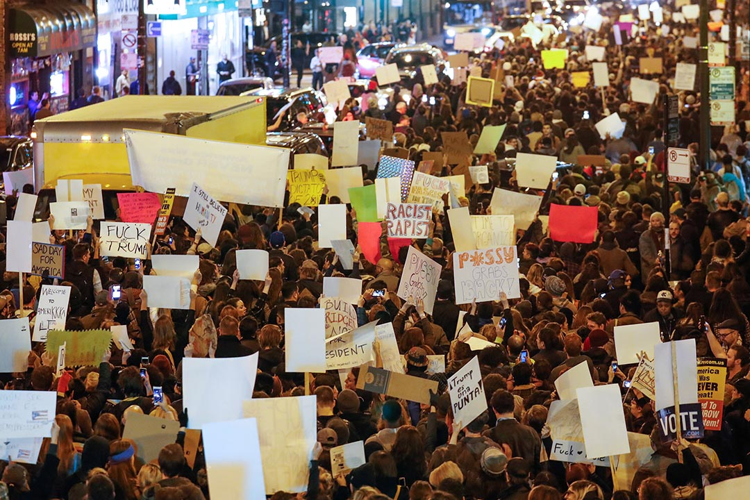 示威者走上街遊行抗議特朗普為美國總統。