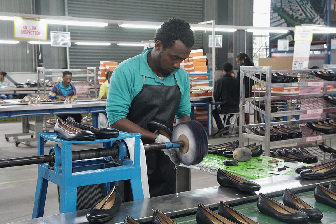 在埃塞俄比亞,一個普通製鞋工人的起始月薪大約在40-50美金左右。