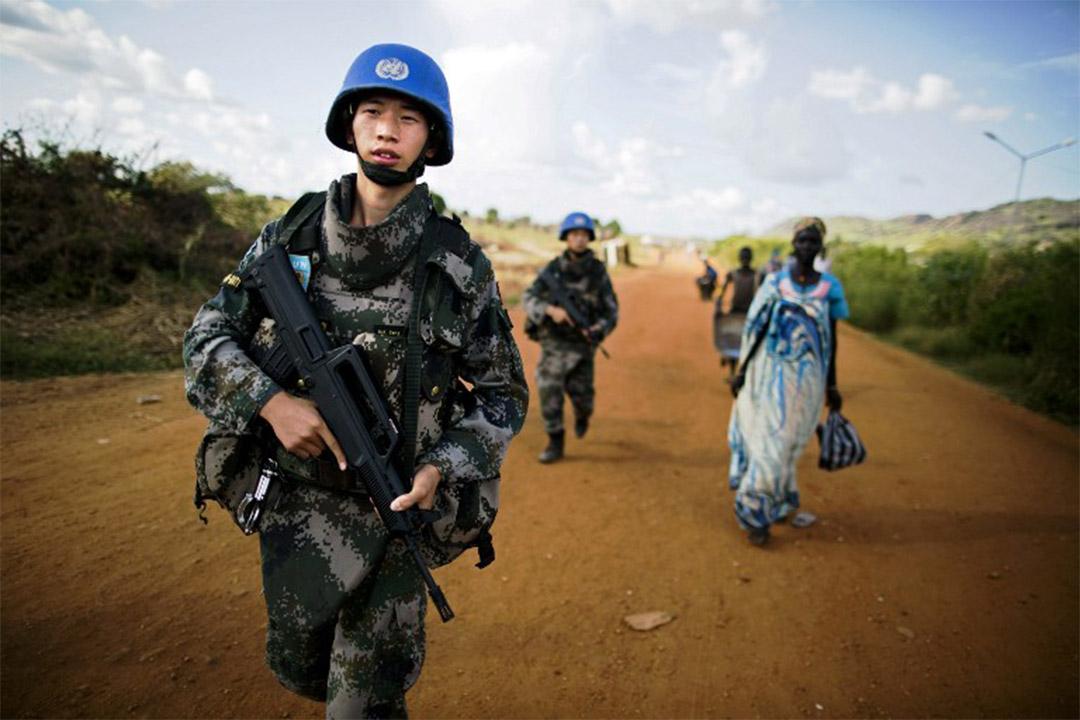 2016年10月4日,南蘇丹朱巴,中國維和部隊士兵進行巡邏。
