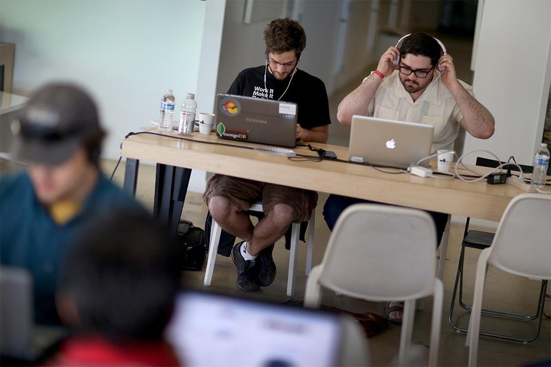 全球互聯網用戶中,有三分之二處於政府審查之下。圖為兩個人在參加編寫電腦程式比賽。