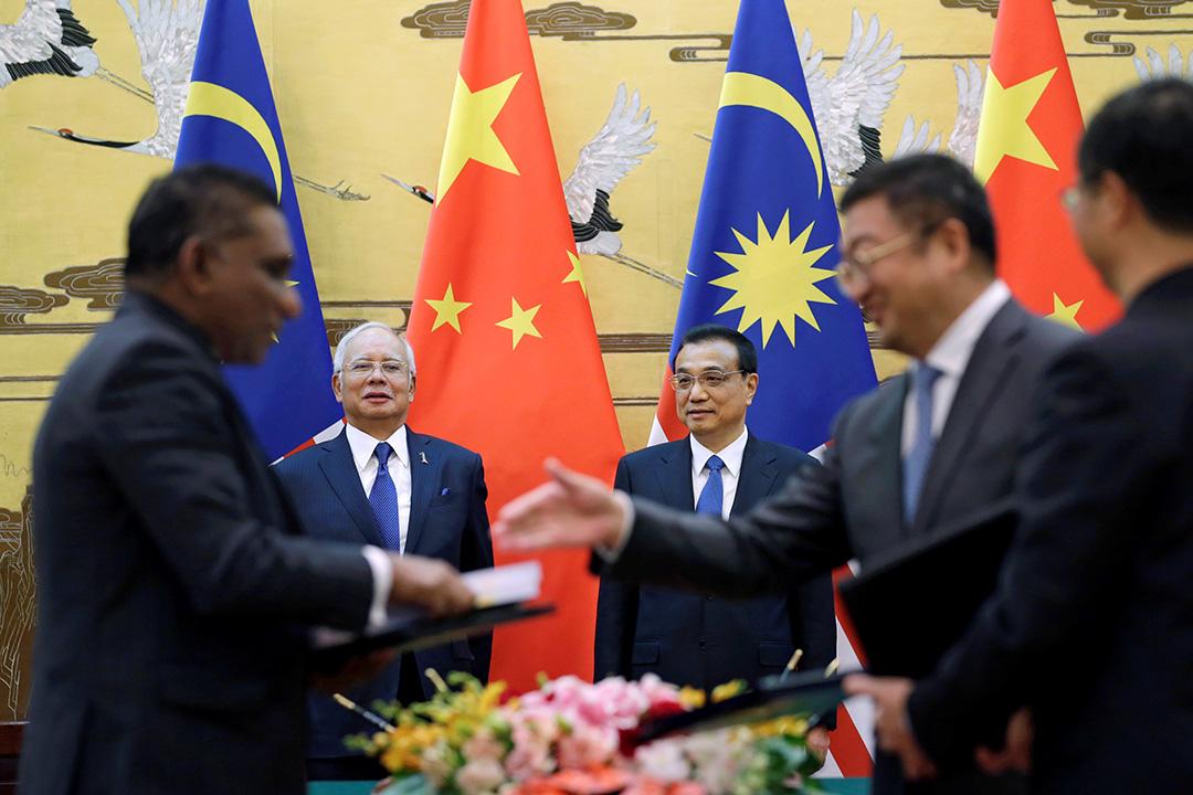 馬來西亞總理納吉和中國總理李克強出席在人民大會堂舉行的簽署儀式。