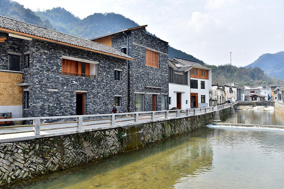 建築師王澍在富陽洞橋鎮文村設計建造的14幢農居房。