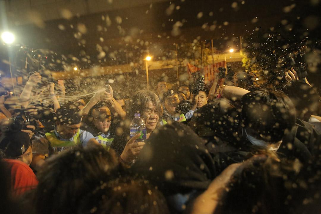 示威者与警方再次冲突,警员多次向示威者喷胡椒喷雾。