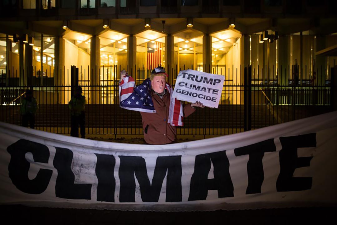 一名帶著特朗普面具的示威者反對美國退出《巴黎協議》。