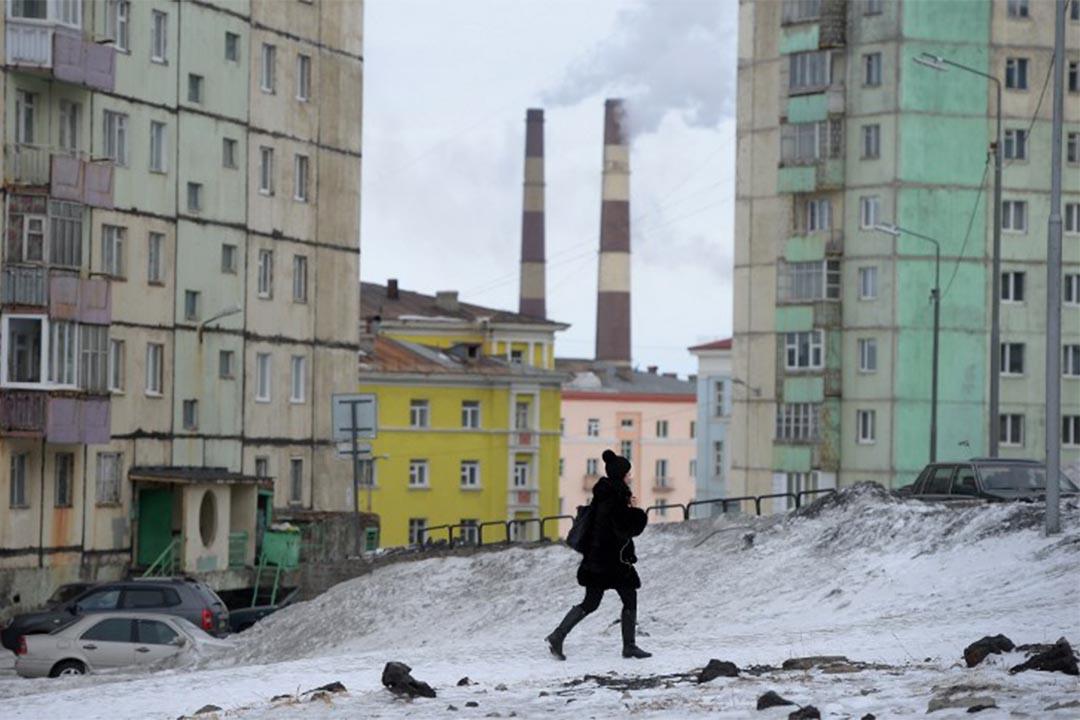 氣候變暖讓俄羅斯最北邊的城市諾里爾斯克危房遍地。圖為諾里爾斯克一個住宅區。