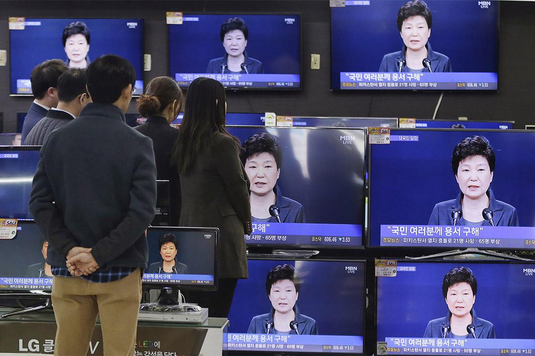 2016年11月4日,南韓首爾,民眾在電子產品商店前收看朴槿惠向全國交代的直播。