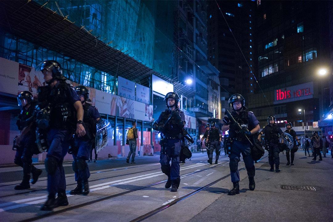 警方速龙队向防线向前推进。